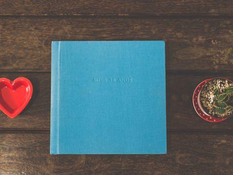 capa em linho, título em alto relevo, impressão em papel fotográfico. 30x30cm.