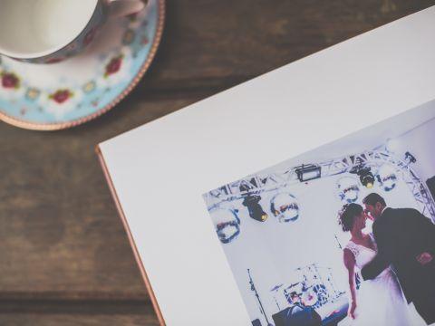 capa em couro legítimo, luva em couro legítimo, título em baixo relevo, impressão em papel fotográfico. 25x25cm.