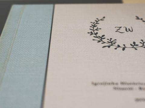 capa fotográfica, luva em couro sintético, impressão em papel fotográfico. 25x25cm.